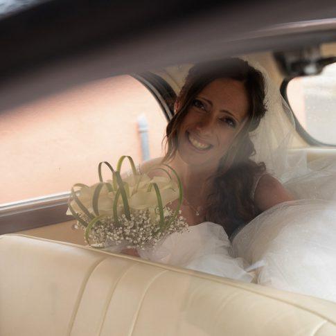 la sposa seduta nell'auto d'epoca