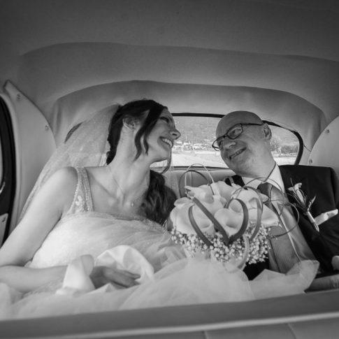 la sposa e il padre verso la chiesa in auto d'epoca
