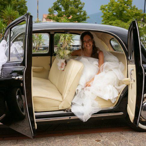 la sposa scende dall'auto d'epoca