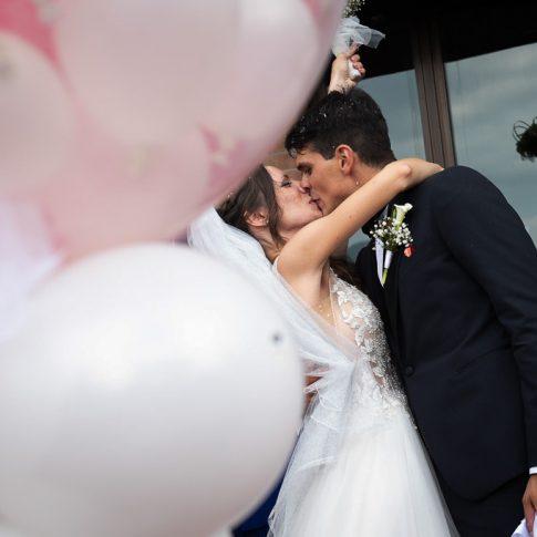 gli sposi si baciano all'uscita dalla chiesa