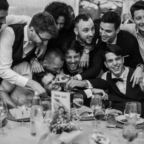 lo sposo con gli amici durante la cena all'agriturismo Valliferone