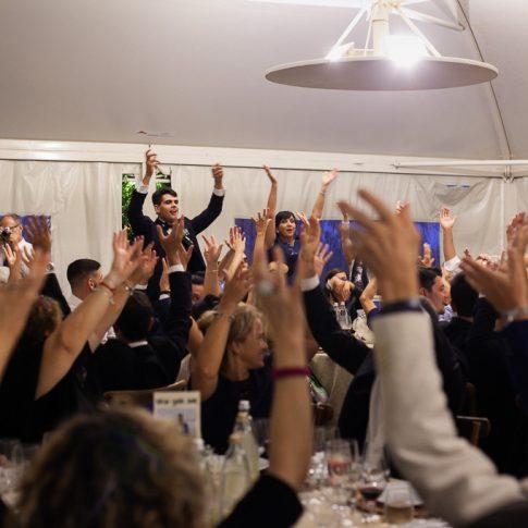 gli sposi festeggiano durante la cena all'agriturismo valliferone