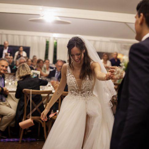gli sposi ballano durante la cena all'agriturismo valliferone