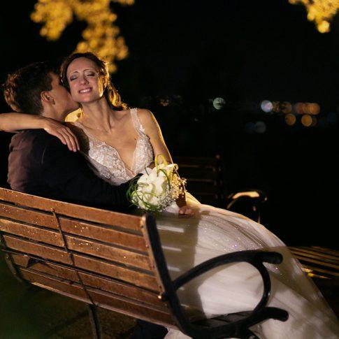 foto notturna degli sposi sotto un albero all'agriturismo valliferone