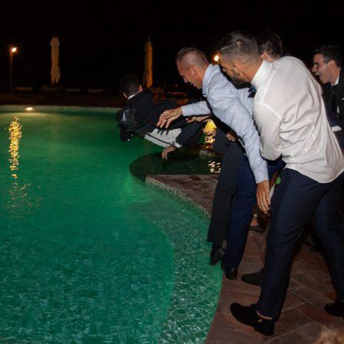 lo sposo viene buttato in piscina dagli amici all'agriturismo valliferone