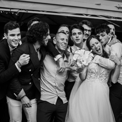 gli sposi festeggiano e cantano con gli amici