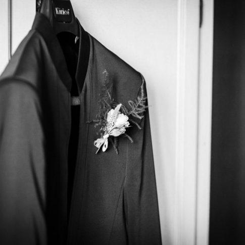 abito da sposo appeso all'armadio