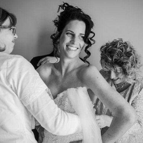 sposa durante la vestizione aiutata dalla madre