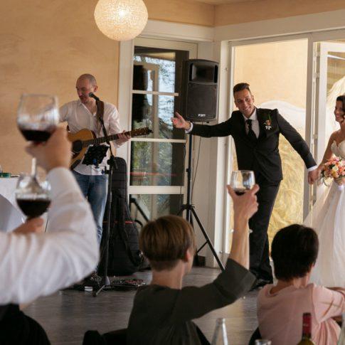 gli sposi entrano al ristorante dell'agriturismo di Colleoli