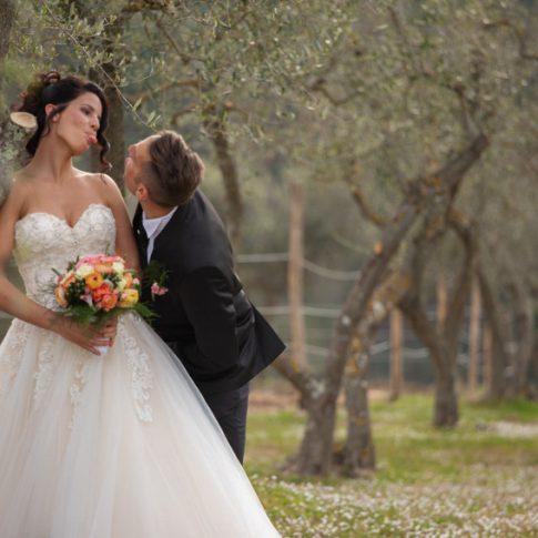 sposi nel giardino dell'agriturismo di colleoli