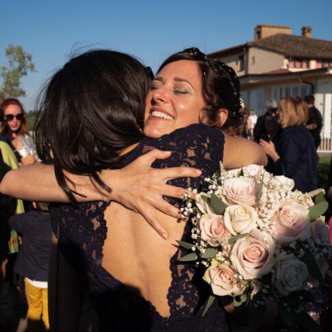 la sposa abbraccia commossa un'amica alla fine della cerimonia