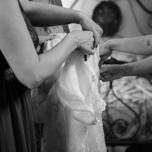 preparazione dell'abito della sposa da parte delle amiche