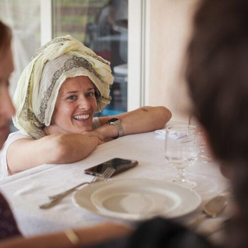 sposa sorridente a pranzo prima dei preparativi all'agriturismo di colleoli