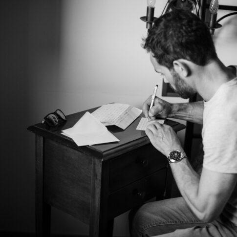 lo sposo scrive un biglietto in camera prima dei preparativi