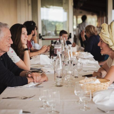 la sposa con i suoi familiari a pranzo prima dell'inizio dei preparativi, agriturismo di Colleoli