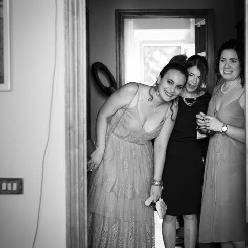 le amiche guardano ammirate la sposa durante i preparativi