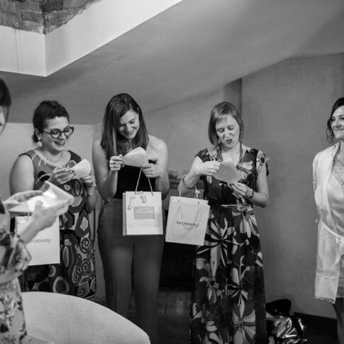 foto bianco e nero delle amiche della sposa che leggono i biglietti di ringraziamento