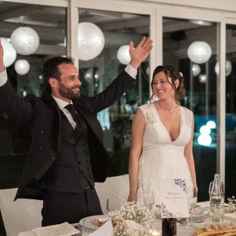 lo sposo allarga le braccia per ringraziare dopo il discorso durante la cena