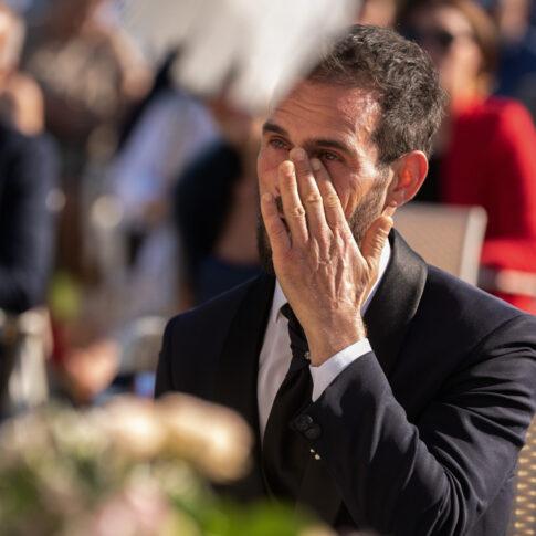 lo sposo commosso si asciuga le lacrime durante la cerimonia civile all'agriturismo di Colleoli