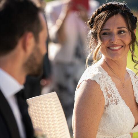 la sposa guarda lo sposo sorridente