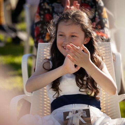 la figlia dello sposo applaude felice e sorridente durante la cerimonia civile all'agriturismo di Colleoli