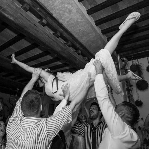 la sposa issata dagli amici durante i festeggiamenti