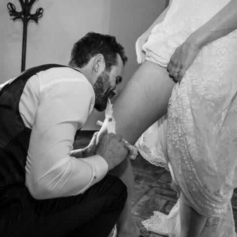 lo sposo toglie coi denti la giarrettiera alla sposa