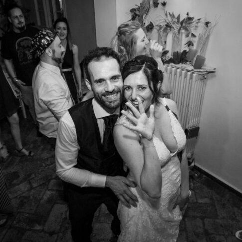 gli sposi salutano con la mano alla fine dei festeggiamenti del loro matrimonio