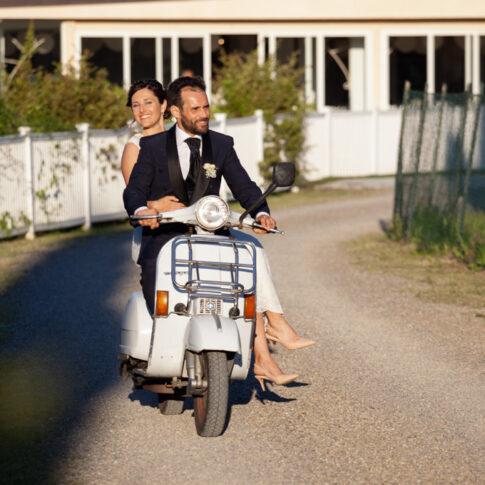 gli sposi arrivano al ricevimento a bordo di una Vespa