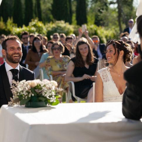gli sposi sorridenti durante la cerimonia civile all'agriturismo di Colleoli
