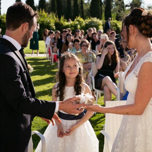 la figlia consegna il cofanetto con gli anelli nuziali ai genitori durante la cerimonia civile all'agriturismo di Colleoli