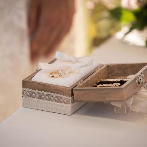 dettaglio del cofanetto con gli anelli nuziali