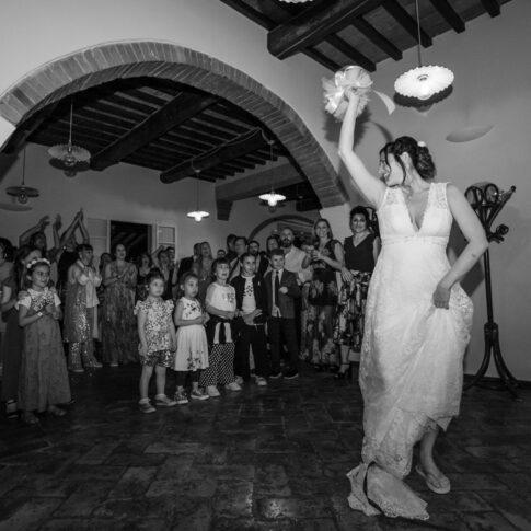 la sposa sta per lanciare il mazzolino all'interno della sala dell'agriturismo di Colleoli