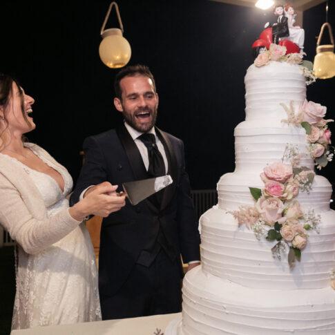 taglio della torta felici e ridenti