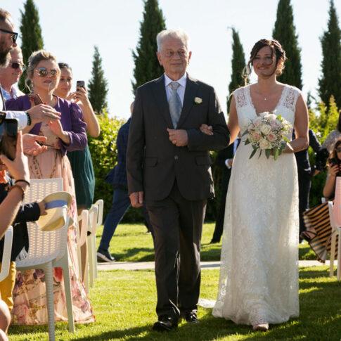 la sposa accompagnata dal padre fa il suo ingresso applaudita dagli invitati