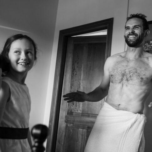 foto bianco e nero dello sposo appena uscito dalla doccia durante i preparativi