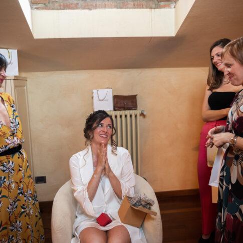 la sposa ringrazia le amiche per il regalo durante i preparativi