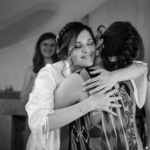 la sposa abbraccia commossa un'amica per ringraziarla del regalo