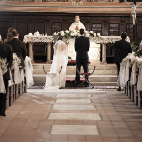 gli sposi all'altare nella chiesa di santa caterina a pisa
