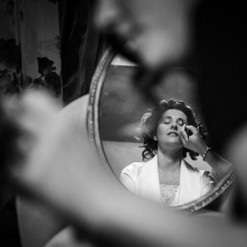 riflesso nello specchio della sposa durante i preparativi all'agriturismo di Colleoli